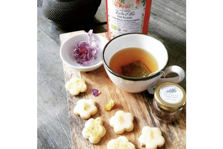 Biscuit au thé blanc pétales de fleurs et cristaux de safran