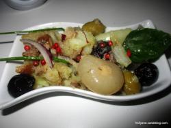 Salade de pommes de terre aux harengs fumés, oignons, olives et mélange d'huile