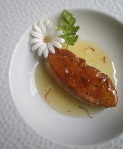 Foie gras pôelé et sa sauce à la gelée de champagne au Safran